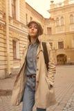 Портрет красивой молодой девушки битника идет через улицы старые потеха и усмехаться городка Стоковое Изображение