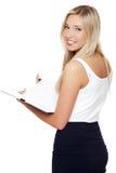 Портрет красивой молодой девушки студента держа тетрадь Стоковое Изображение