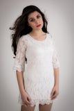 Портрет красивой молодой женщины брюнет в белом платье Стоковые Изображения RF