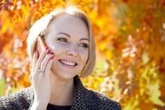 Портрет красивой молодой женщины вызывая телефоном Стоковое Изображение RF
