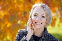 Портрет красивой молодой женщины вызывая телефоном Стоковая Фотография RF