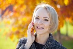 Портрет красивой молодой женщины вызывая телефоном Стоковые Изображения RF