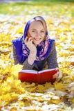 Портрет красивой молодой женщины вызывая телефоном Стоковая Фотография