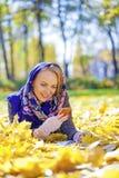 Портрет красивой молодой женщины вызывая телефоном Стоковое Изображение
