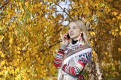 Портрет красивой молодой женщины вызывая телефоном Стоковое Фото