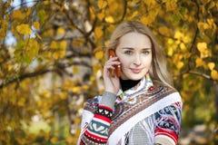 Портрет красивой молодой женщины вызывая телефоном Стоковые Фотографии RF