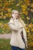 Портрет красивой молодой женщины вызывая телефоном Стоковые Фото