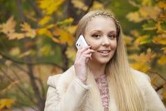 Портрет красивой молодой женщины вызывая телефоном Стоковое фото RF