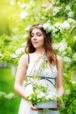 Портрет красивой молодой женщины в венке цветка весны Стоковое Изображение