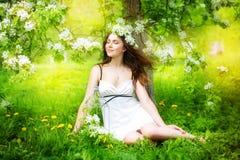 Портрет красивой молодой женщины в венке цветка весны Стоковое Изображение RF
