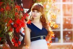 Портрет красивой молодой женщины в венке цветка весны Стоковые Фото