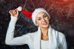 Портрет красивой молодой женщины в шляпе Санты Стоковые Фото