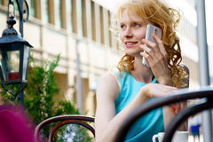 Портрет красивой молодой женщины говоря на мобильном телефоне Стоковые Изображения RF