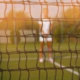 Портрет красивой молодой женщины играя теннис затвора стоковая фотография