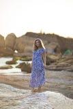 Портрет красивой молодой женщины идет на побережье моря или океана Стоковое Изображение