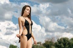 Портрет красивой молодой женщины на каникулах пляжа имея f Стоковое Изображение