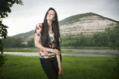 Портрет красивой молодой женщины на предпосылке холма Стоковая Фотография RF
