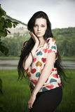 Портрет красивой молодой женщины на предпосылке холма Стоковые Фото