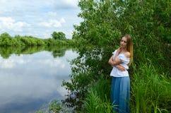 Портрет красивой молодой женщины на речном береге Стоковые Изображения