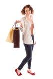 Портрет красивой молодой женщины представляя с покупками Стоковое Изображение RF