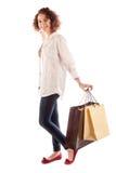 Портрет красивой молодой женщины представляя с покупками Стоковые Фото