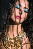 Портрет красивой молодой женщины при закрытый голубой глаз стоковая фотография rf