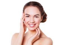 Портрет красивой молодой женщины при свежая чистая кожа смотря камеру Стоковое фото RF