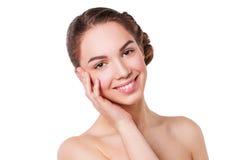Портрет красивой молодой женщины при свежая чистая кожа смотря камеру Изолировано на белизне Стоковое фото RF