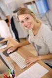 Портрет красивой молодой женщины работая на офисе Стоковые Фотографии RF