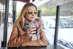 Портрет красивой молодой женщины сидя в кафе улицы Стоковая Фотография RF