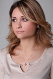 Портрет красивой молодой женщины смотрит в расстояние Стоковая Фотография RF