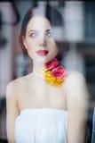 Портрет красивой молодой женщины стоя около окна и l Стоковое Фото