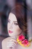 Портрет красивой молодой женщины стоя около окна и l Стоковое фото RF