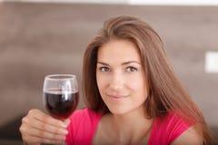 Портрет красивой молодой женщины с вином Стоковые Изображения
