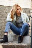 Портрет красивой молодой женщины с вьющиеся волосы Стоковое фото RF
