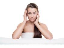 Портрет красивой молодой женщины с здоровой кожей, естественным col стоковое фото