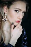 Портрет красивой молодой женщины с длинными коричневыми волосами стоковые фотографии rf