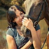 Портрет красивой молодой женщины с лошадью Стоковые Фотографии RF