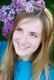 Портрет красивой молодой женщины с парком венка весной Стоковое Изображение RF