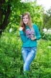 Портрет красивой молодой женщины с парком венка весной Стоковое Фото