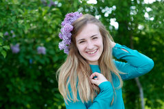 Портрет красивой молодой женщины с парком венка весной Стоковые Изображения RF