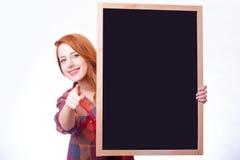 Портрет красивой молодой женщины с пустой доской на интересе Стоковое Изображение