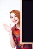 Портрет красивой молодой женщины с пустой доской на интересе Стоковые Изображения RF