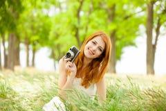 Портрет красивой молодой женщины с ретро камерой на wonde Стоковые Изображения RF