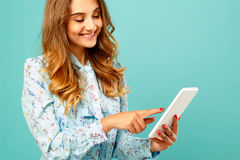 Портрет красивой молодой женщины с таблеткой Счастливое молодое wom Стоковое фото RF