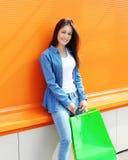 Портрет красивой молодой женщины с хозяйственными сумками Стоковое Фото