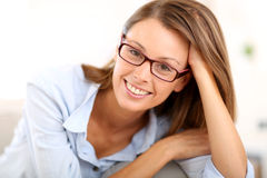 Портрет красивой молодой женщины с eyeglasses Стоковые Изображения RF