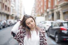 Портрет красивой молодой женщины fasuion в улице стоковое фото rf