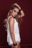 Портрет красивой молодой женщины hippie в студии Стоковое Изображение
