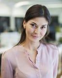 Портрет красивой молодой коммерсантки в офисе Стоковое Фото